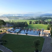 Tagungshotels: Poollandschaft Ausblick - CP Location - Gut Ammerhof